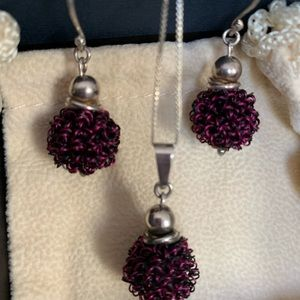 Set of earrings and and neck less